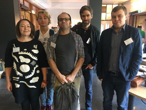 Här är några av de internationella observatörerna som besöker vallokalerna i Stockholm. Deras uppgift är att granska hur vi röstar och vad vi kan bli bättre på. Total hoppas denna grupp observatörer hinna med besök på 26 olika vallokaler under dagen.  Vår reporter Amela Mahovic träffar observatörerna på Gubbängsskolan i Farsta.