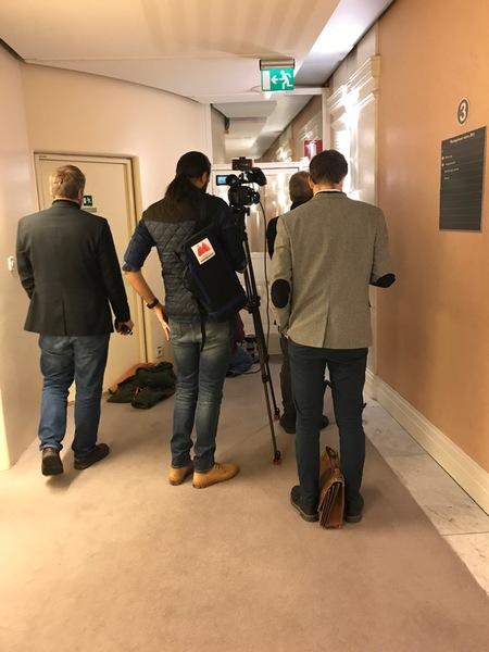 Just nu försöker reportrar och fotografer samsas om utrymmet nära talmannens rum på talmansvåningen.