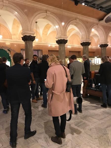 Nu har journalisterna istället förflyttat sig till Bankhallen. Genom det här utrymmet kommer Löfven att gå på väg ut. Då kommer han även att säga något kort.