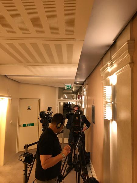 Journalister börjar samlas utanför talmanskorridoren i väntan på att Socialdemokraternas ledare Stefan Löfven ska träffa talman Andreas Norlén.