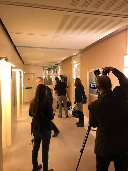 Fler journalister ansluter sig här i talmanskorridoren. Våra SVT-kollegor är snart med i vår direktsändning.
