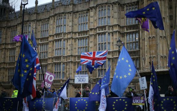 Regno Unito: non passa la mozione di sfiducia contro Theresa May