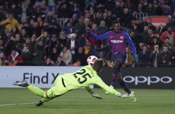 El 2-0 de Dembélé, antes de que el balón toque en los talones de Aitor FOTO: AP