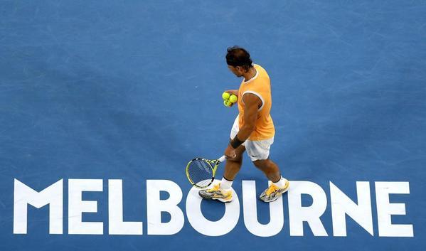 Rafa Nadal, en el Rod Laver Arena de Melbourne, donde el reloj marca las ocho y cuarto de la tarde FOTO: AP