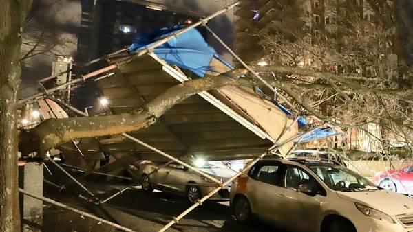 Tiotusentals hushålls är utan ström i Stockholms län. I Nacka rasade en byggställning i de hårda stormvindarna under natten. FOTO: Janne Åkesson/Swepix