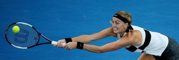 La zurda checa Petra Kvitova estirándose al máximo para pegar un revés FOTO: EFE