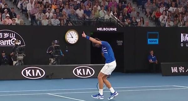 Levanta el pulgar Djokovic reconociendo la gran dejada de Nadal