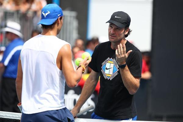Carlos Moyà dando instrucciones de última hora a Rafa Nadal en el entrenamiento previo a la final contra Novak Djokovic FOTO: GETTY