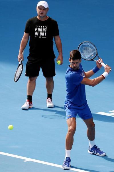 Novak Djokovic, media hora de contacto con la pelota para preparar la final. Bajo la atenta mirada de su entrenador de siempre y al que recuperó en los momentos de crisis, Marian Vajda FOTO: EFE