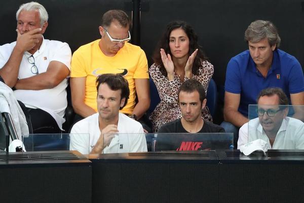Sufrimiento también en el palco de Rafa Nadal, que está siendo apabullado en la pista por Rafa Nadal. FOTO: EFE