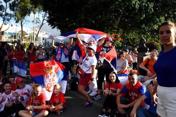Los fans serbios disfrutando, también en la pantalla gigante para aquellos sin entrada para la pista central FOTO: GETTY