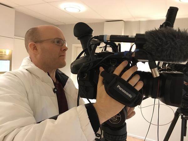 Nu är vi på plats i tingsrätten och kollegan Erik Norbergh riggar kameran.