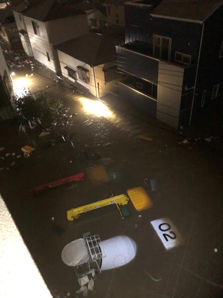 Tokyo. Foto che mi arrivano da amici in città. Alle 21.50 locali questa la situazione. Il fiume Tamagawa comincia ad esondare nella zona Ovest di Tokyo.