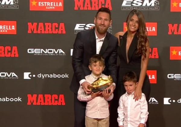 Messi posa con su sexta Boto de Oro, junto a su esposa y sus hijos Thiago y Mateo