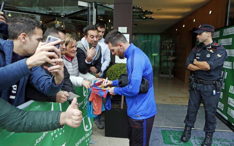 Leo Messi tuvo tiempo de firmar autógrafos a la salida del hotel