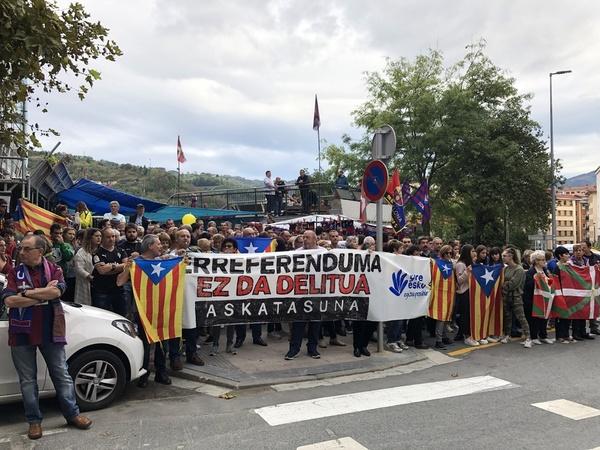 Hermandad entre aficionados del Barça y del Eibar FOTO: MANEL MONTILLA