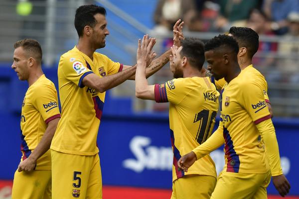 Messi, felicitado tras su gol FOTO: AP