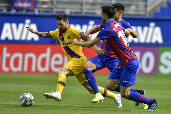 Messi busca el gol en Eibar FOTO: AP