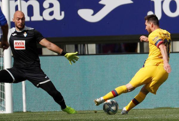 Parece gol seguro de Messi, pero Dmitrovic reaccionó y colocó la mano FOTO: EFE