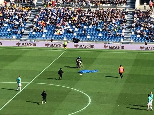 Al momento del rigore fischiato all'Inter, stadio concentrato per qualche attimo su un paracadutista atterrato a centrocampo e immediatamente portato fuori dal campo