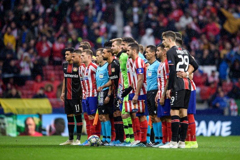 Buen detalle de los dos equipos posando conjuntamente en la previa. Es una de las normas de la UEFA. (FOTO: @bayer04fussball)