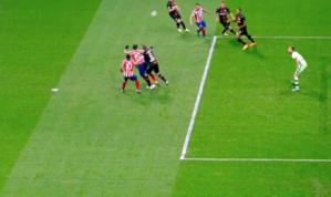 La jugada que reclamó Costa. (FOTO: Captura TV)