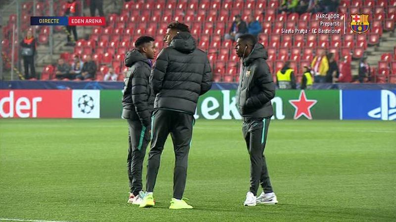 Los jugadores del Barça inspeccionan el Eden Arena antes del inicio del partido.