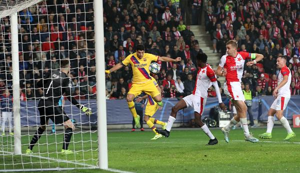 El remate forzado de Suárez ha provocado el gol en propia puerta del Slavia de Praga