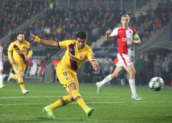 Luis Suárez lo ha intentado en la primera parte pero, de momento, continúa gafado en campo contrario.