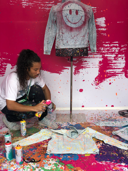 Lui è Jimmy Paintz, artista di LA, che nel paddock di Città del Messico decora giacche e abiti.