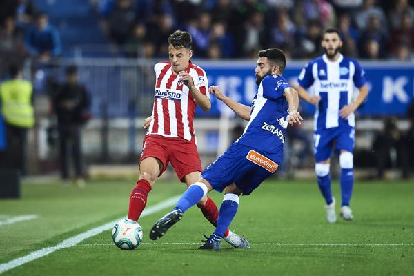Santiago Arias, del Atlético de Madrid, controla el balón ante Rubén Duarte del Alavés