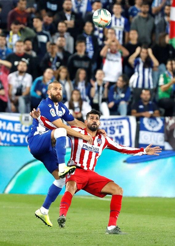 Laguardia y Diego Costa se las han tenido todo el partido