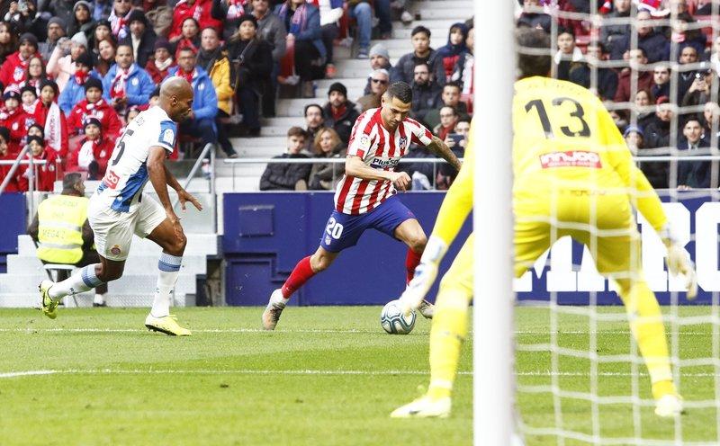 Vitolo está siendo lo más peligroso del Atlético hasta ahora.