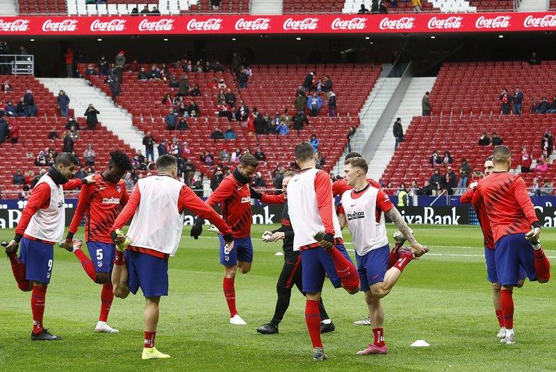 El Atlético apura el calentamiento en el césped del Metropolitano.