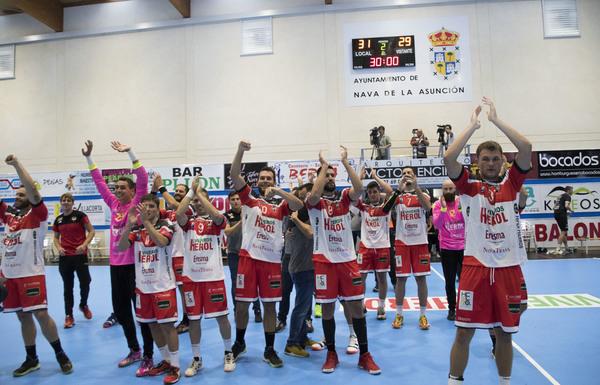 Los jugadores del Nava, celebrando la victoria sobre el At. Valladolid en su debut en la Liga ASOBAL