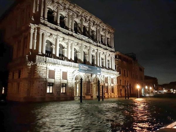Acqua alta a Venezia, livello massimo dal 1966. Allagata la Basilica di San Marco