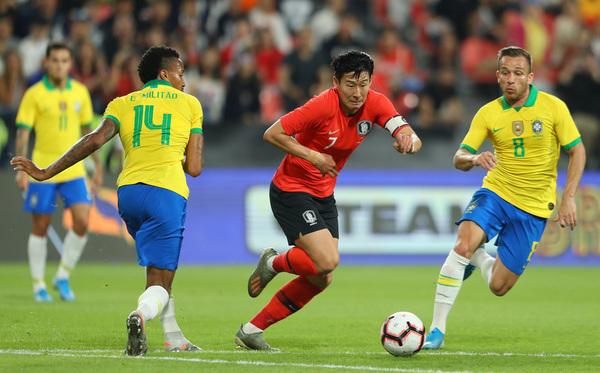 Arthur presiona en el Brasil-Corea FOTO: GETTY