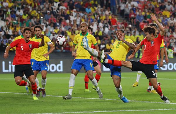 Tensión en el área de Brasil. Corea del Sur busca el empate FOTO: GETTY