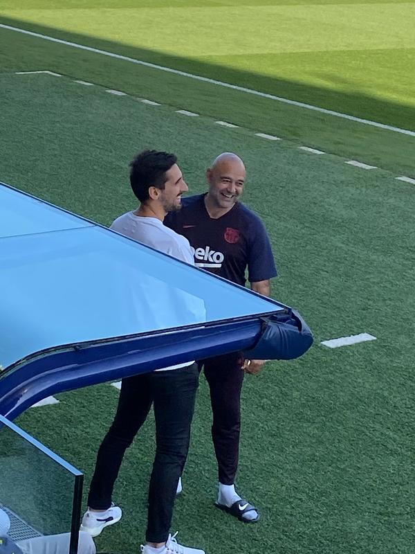 Charla larga y distendida de Oier, ex portero del Barça B, y De la Fuente, entrenador de porteros del Barça.  Foto: Ángel Pérez, enviado especial de MD