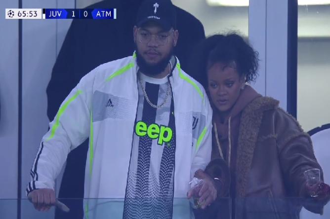 Rihanna, viendo el partido. Va con la Juve parece...