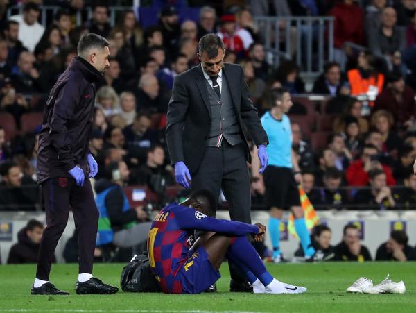 Dembélé, lesionado, atendido sobre el campo por el doctor del Barça FOTO: PEP MORATA