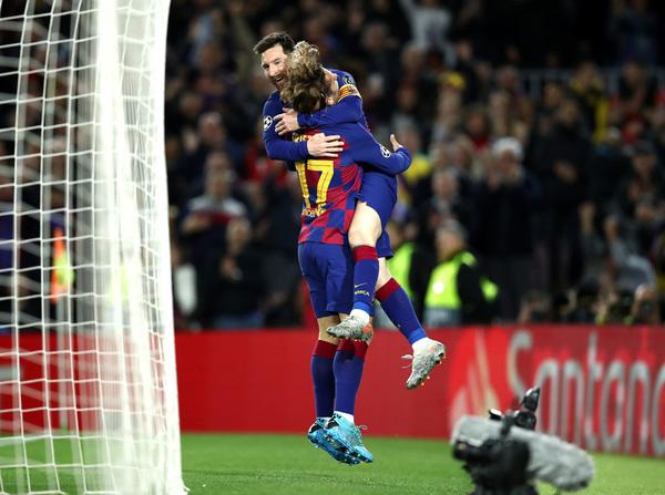 Griezmann abraza a Messi después del gol del argentino, que significaba el 2-0 FOTO: GETTY