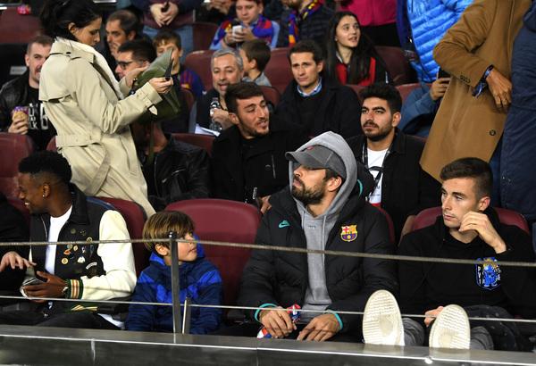 Piqué, sancionado, está siguiendo el partido desde la banda FOTO: GETTY