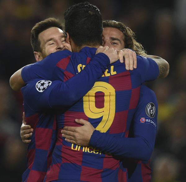 Fotón del tridente. Messi, Suárez y Griezmann se abrazan FOTO: MANEL MONTILLA