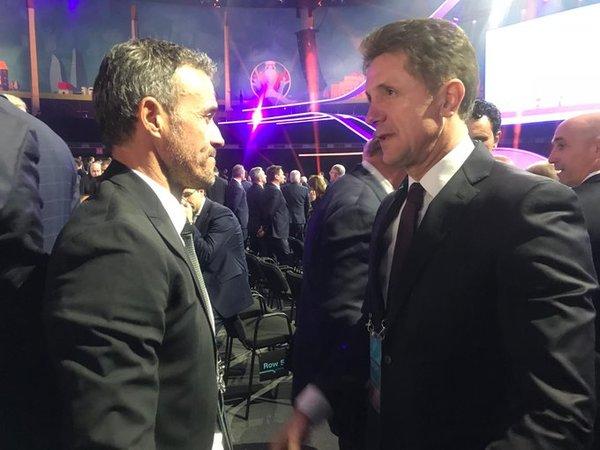 Luis Enrique ha acudido al acto con Rubiales, Camps y Molina. En la foto de @SeFutbol Luis enrique con su ex compañero Popescu.