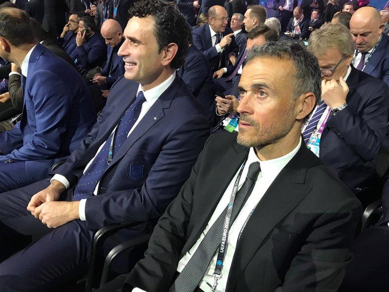 Siguen llegando imágenes desde Bucarest. @Sefutbol nos muestra una imagen de Luis Enrique junto a Molina, director deportivo de la RFEF.