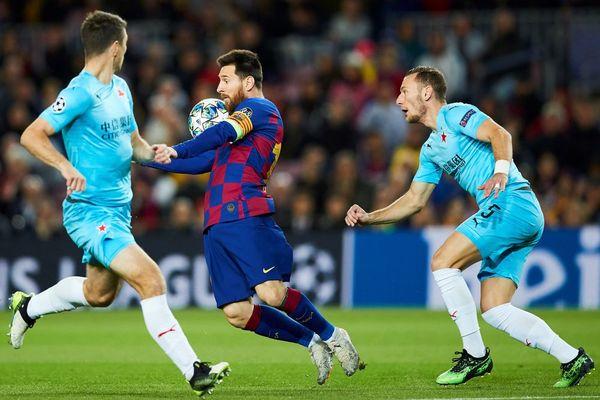 Messi, intentando controlar el balón ante dos jugadores del Slavia de Praga FOTO: EFE