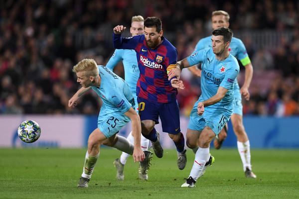 Messi, rodeado de contrarios, ha podido marcar pero su disparo lo ha rechazado la cruceta de la portería FOTO: Getty