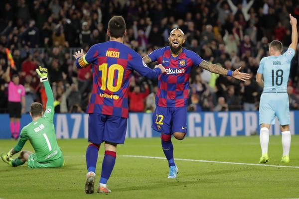 Vidal y Messi celebran el gol que finalmente no ha subido al marcador por fuera de juego FOTO: AP