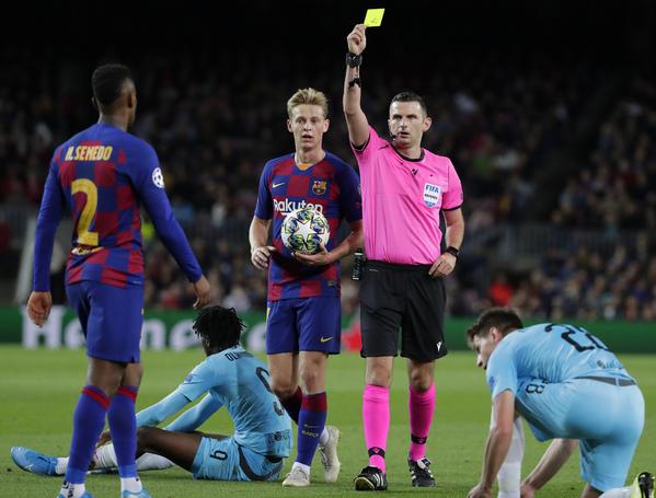 Momento en que el árbitro le muestra la tarjeta amarilla a Semedo FOTO: AP